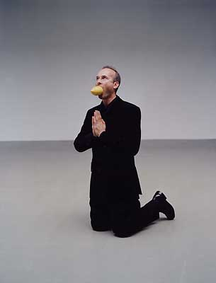 'Artist begging for mercy', 2002 von Erwin Wurm